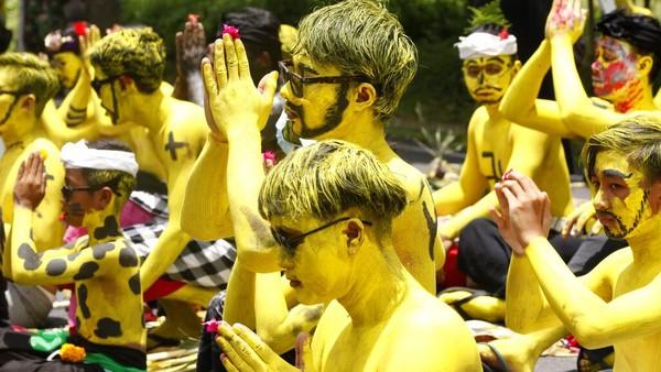 Para peserta mengecat tubuh mereka sebagai simbol pengusiran roh jahat.