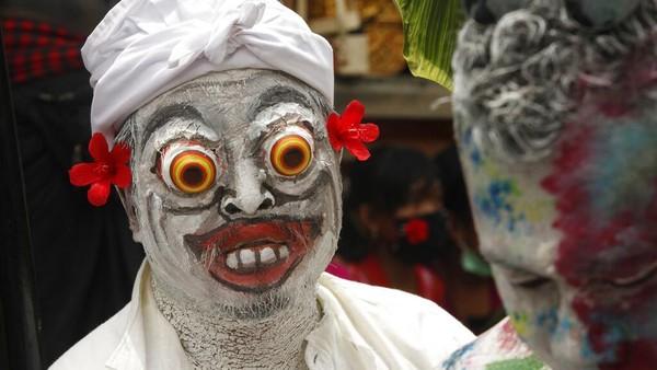 Tradisi Ngerebeg Bali dilaksanakan sehari menjelang Karya Piodalan di Pura Duur Bingin setiap 210 hari sekali.
