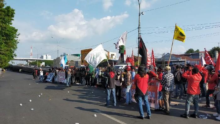 Unjuk rasa tolak demo Omnibus Law di Makassar (Ibnu Munsir-detikcom).