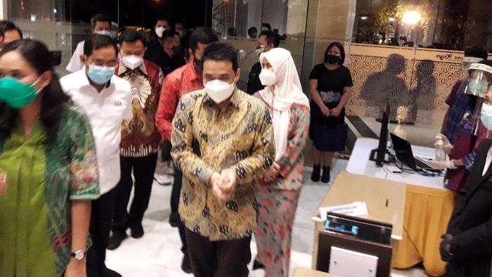 Wakil Gubernur DKI Jakarta Ahmad Riza Patria melihat simulasi resepsi pernikahan dengan protokol kesehatan.