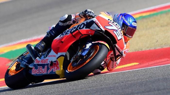 Repsol Honda Teams Spanish rider Alex Marquez rides during the MotoGP race of the Moto Grand Prix of  Aragon at the Motorland circuit in Alcaniz on October 18, 2020. (Photo by JOSE JORDAN / AFP)