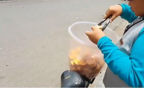 Inspiratif! Bocah 14 Tahun Jualan Kue Keliling hingga Malam Demi Keluarga
