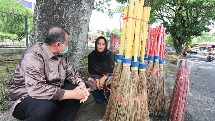 Cagub Sumbar Nasrul Abit saat bertemu penjual sapu. (Foto: dok Istimewa)