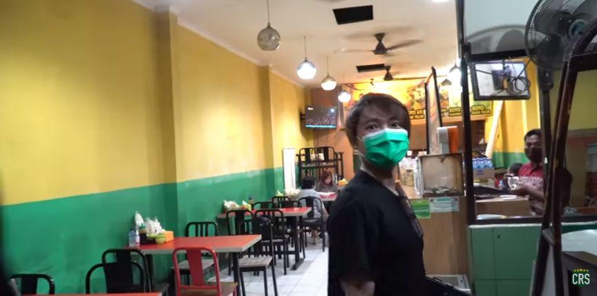 Bukan di Mall Mewah, 'Crazy Rich Surabayan' Nongkrong di Warung Soto Kaki Lima