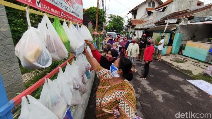 Kompak, warga menggantung sembako di belakang kantor Kelurahan Bendan Ngisor di Semarang, Jateng. Sembako ini aka diambil oleh warga terdampak COVID-19.