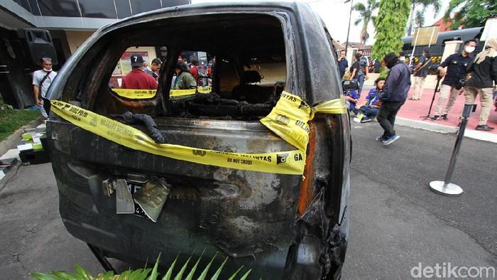 Polisi akhirnya mengungkap kasus pembunuhan sadis Yulia yang berawal dari kandang ayam hingga dibakar di dalam mobil, di Sukoharjo, Jawa Tengah. Ini barbuk dan tersangkanya.