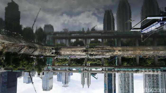 Gumpalan awan mendung menyelimuti wilayah Jakarta sepanjang hari ini, Jumat (23/10/2020).  Begini potretnya.