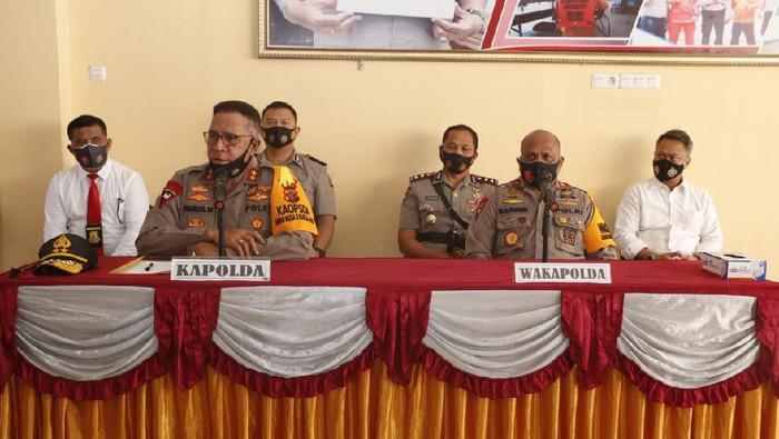 Kapolda Papua merilis kasus empat ASN Pemkab Jayawijaya terkena OTT atas dugaan pungli kepada calon penumpang di Bandara Sentani dengan modus rapid test. (dok Polda Papua)