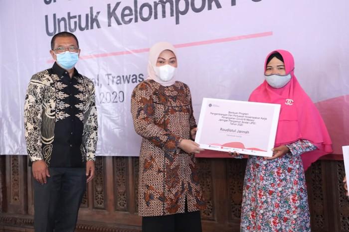 Kemnaker menyerahkan bantuan program Jaring Pengaman Sosial (JPS) COVID-19 untuk tenaga kerja mandiri kelompok perempuan yang berada di Kabupaten Mojokerto.