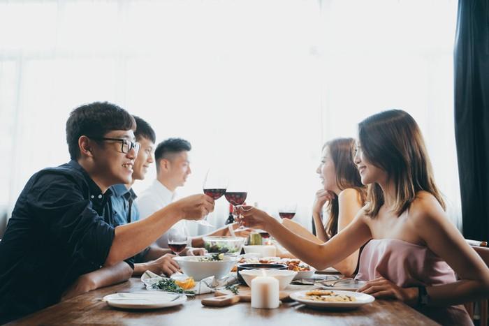 Kencan Buta, Wanita Ini Bawa 23 Teman untuk Ditraktir Makan Sang Pria