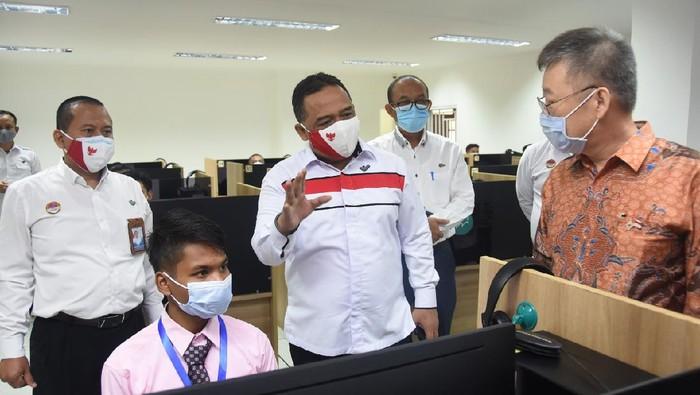 Kepala BP2MI Benny Rhamdani meninjau ujian CBT dan skill tes Korea yang dilaksanakan di UPT BP2MI Jakarta.