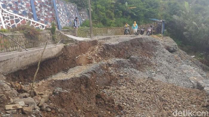 Kondisi tanah gerak hingga memutus akses jalan warga di Banjarnegara, Jumat (23/10/2020).