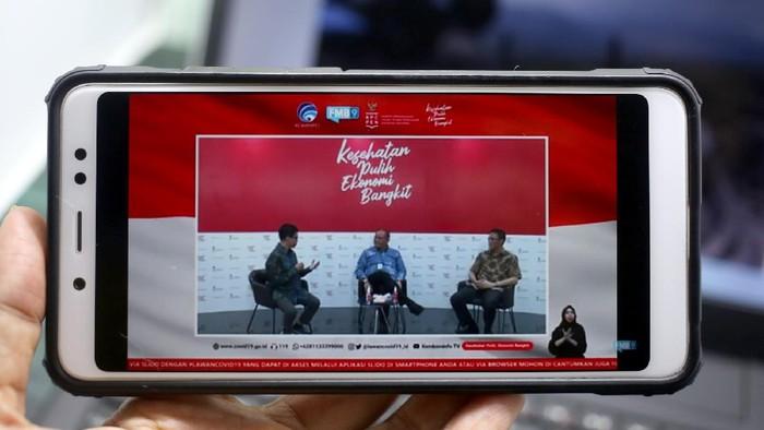 Hengky Manurung, Kasubdit investasi pariwisata Kementerian Pariwisata dan Ekonomi Kireatif (tengah) bersama Maulana Yusran, Sekretaris Jenderal Perhimpunan Hotel dan Restoran Indonesia (kanan) menjadi pembicara dalam Webinar bertema Hibah pariwisata percepat pemulihan pariwisata nasional di Jakarta, Jumat, 23 Oktober 2020.