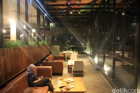 Di lantai dua Lawang Wangi Creative Space, traveler juga akan menemukan cafe Colaborea. Di sana terdapat berbagai macam menu makanan dan minuman.
