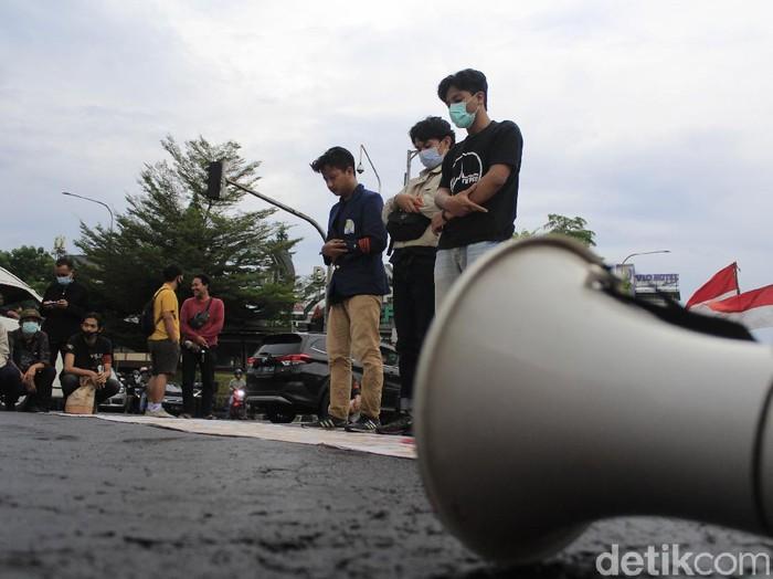 Mahasiswa blokade perempatan pasteur Bandung