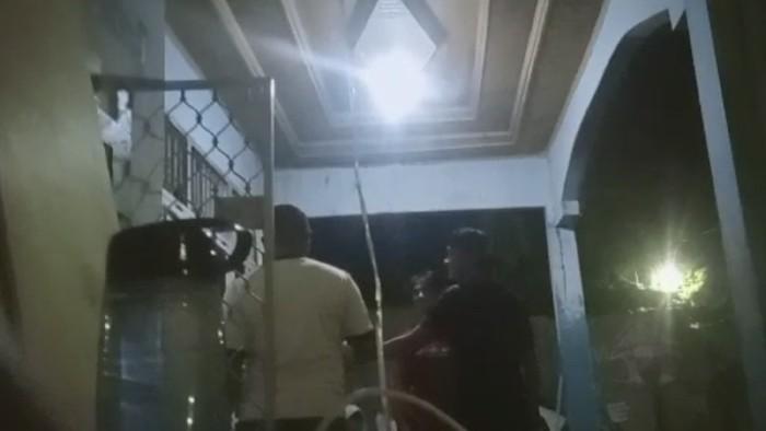 Momen oknum sekuriti di Makassar mabuk bawa pistol ke sekretariat Perma UIN Makassar (dok. Istimewa).