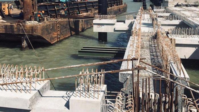 Proyek pelebaran dermaga pelabuhan pada kawasan industri JIIPE di Manyar, Kabupaten Gresik, Jawa Timur, terus dikebut. Proyek ini ditarget kelar Juni tahun 2021.