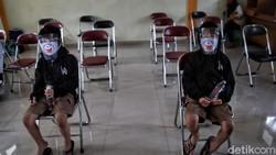 Sejumlah anak mendapat imunisasi di kawasan Pademangan Timur, Jakut. Pemberian imunisasi itu rangkaian acara BIAS (Bulan Imunisasi Anak Sekolah).