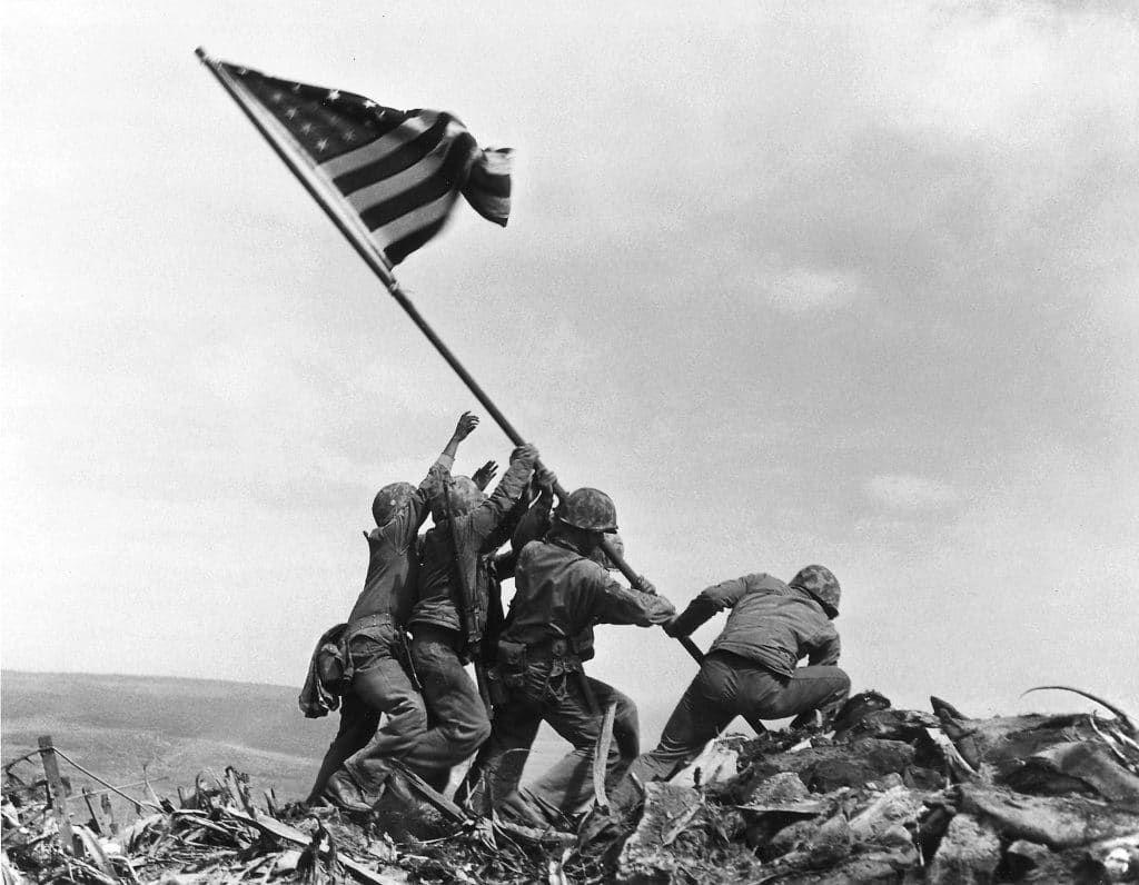 Enam orang tentara Amerika Serikat mengibarkan bendera AS di Iwo Jima