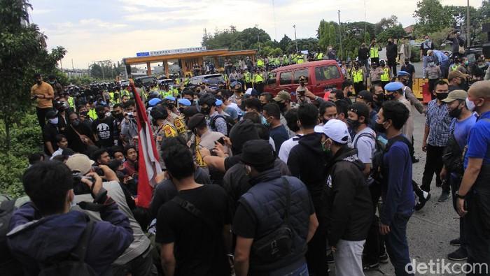 Aksi blokade Exit Tol Pasteur yang dilakukan puluhan mahasiswa dari Mahasiswa Indonesia Menggugat (MIM) berlangsung selama 30 menit.