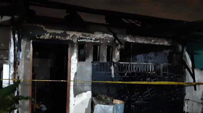 Kebakaran 4 rumah di Legok, Kabupaten Tangerang menewaskan 5 orang sekeluarga. Kelima korban diduga meninggal karena kehabisan napas.