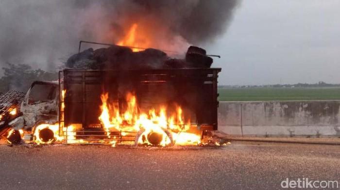 Kecelakaan terjadi antara mobil dan truk pengangkut sayur di Tol Pemalang, pagi tadi. Tak hanya itu, dua kendaraan tersebut juga terbakar.