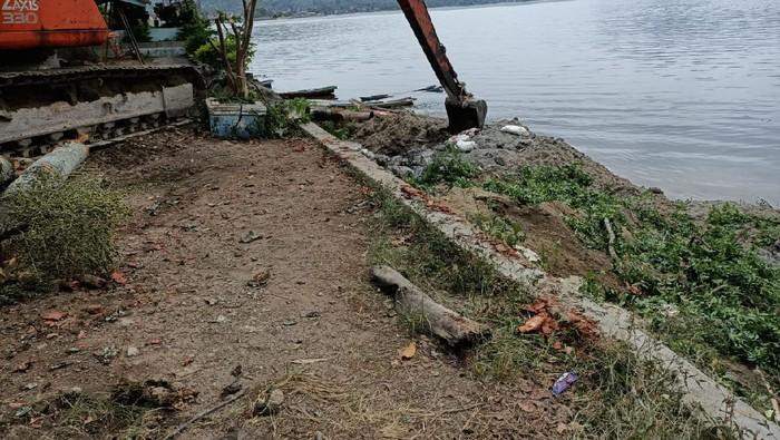 Proses pengangkutan bangkai ikan dari Danau Toba (dok. Istimewa)