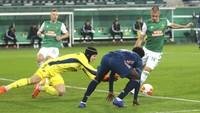 Oezil Nonton Arsenal: Olok Diri Sendiri, Tunjuk Kembaran Petr Cech