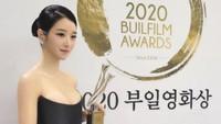 5 Gaya Seo Ye Ji Seksi Pakai Gaun Strapless di Buil Film Awards 2020