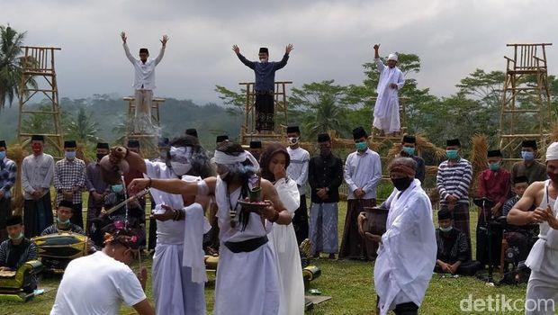 Suasana Muludan Tegalrejo yang berlangsung di Ponpes API Syubbanul Wathon Tegalrejo di Girikulon, Secang, Kabupaten Magelang, Jawa Tengah.