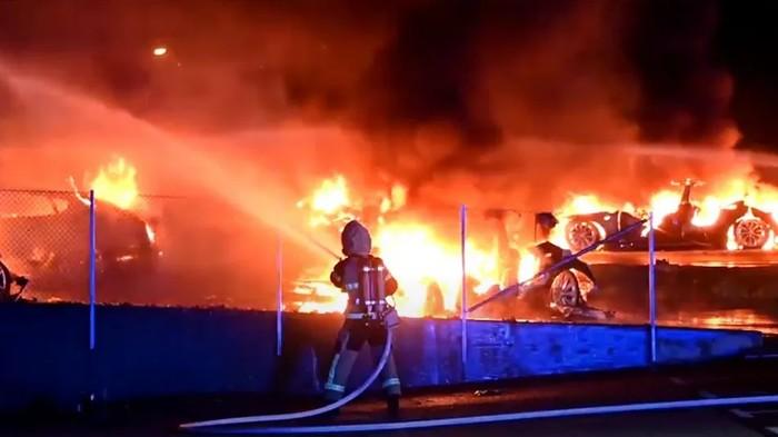 Tujuh mobil listrik Tesla terbakar di dealer Malmo, Swedia.