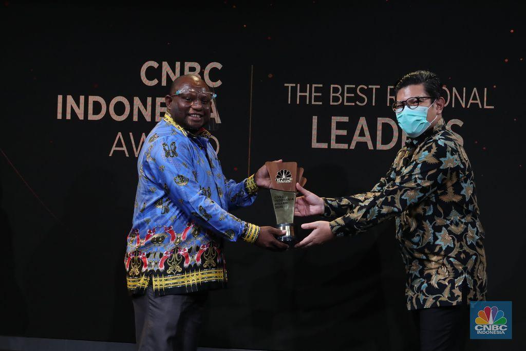 Bupati Jayapura, Mathius Awoitsuw mendapat penghargaan