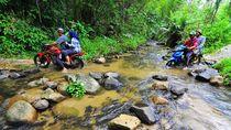 Aksi Berbahaya Warga Jambi Menyeberangi Sungai dengan Motor
