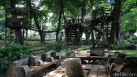 Sebagai salah satu taman kota, Taman Tomang Rawa Kepa dilengkapi dengan sejumlah fasilitas penunjang, salah satunya tempat duduk.