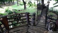 Selain rumah pohon, ada pula jembatan gantung yang menghubungkan rumah pohon di taman tersebut.