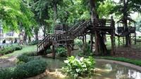 Suasana yang sejuk di taman itu membuat kawasan tersebut bagaikan oase menyejukan di tengah hiruk pikuk Kota Jakarta.