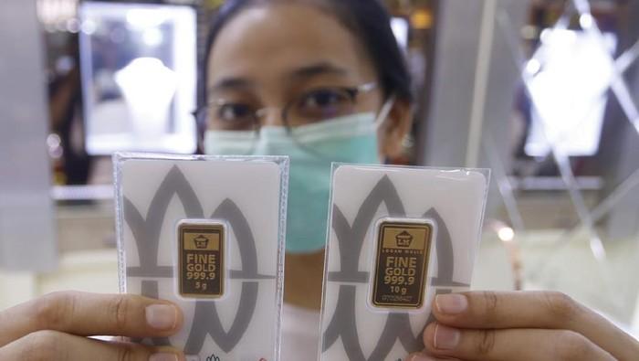 Di masa pandemi, bisnis emas kian melonjak. Masyarakat menilai harga emas jauh lebih stabil dibandingkan instrumen investasi lainnya.