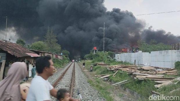 Gudang pabrik busa di Sragen kebakaran. Tampak asap hitam membubung tinggi, Sabtu (24/10/2020)