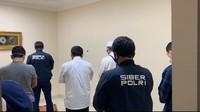 Momen Gus Nur Salat Bareng Penyidik di Jeda Pemeriksaan