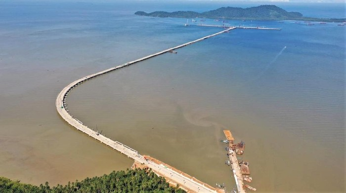 Proyek Pembangunan Terminal Kijing akan memiliki trestle terpanjang di Indonesia. Terminal ini pun akan jadi pelabuhan internasional terbesar di Kalimantan lho.