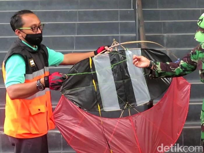 Petugas menunjukkan layang-layang yang disita di area aeorodrome Bandara Adisutjipto, Yogyakarta. Berikut penampakannya.