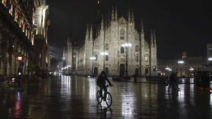 Kasus Corona yang kembali melonjak membuat pemerintah Italia berlakukan jam malam. Dalam sehari kasus positif Corona di Italia bisa menambah hingga 16 ribu.
