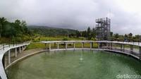 Di sini ada juga bangunan melingkar yang di tengahnya terdapat kolam dan air mancur. Bangunan ini juga menjadi ikon Kebun Raya Kuningan dan banyak dimanfaatkan pengunjung untuk berswafoto. (Bima Bagaskara/detikcom)