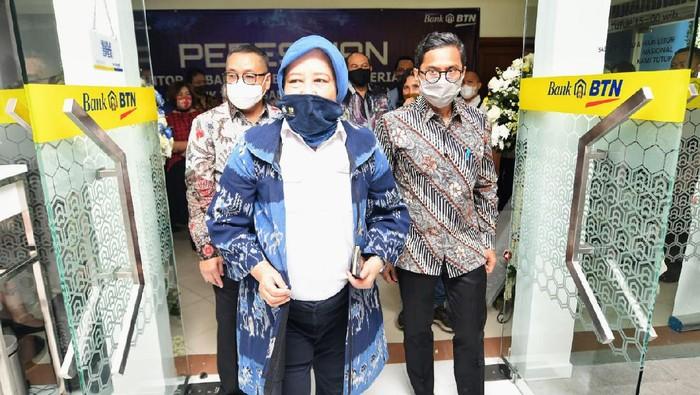 Direktur Utama PT Bank Tabungan Negara (Persero) Tbk Pahala N. Mansury (kanan) bersama Sekjen Kementerian Pekerjaan Umum dan Perumahan Rakyat (PUPR) Anita Firmanti Eko Susetyowati (tengah) dan Dirjen Penyediaan Perumahan  H. Khalawi (kiri) menggunting pita dalam acara seremonial pembukaan lokasi baru  Kantor Cabang Pembantu Bank BTN di Kementerian PUPR di Jakarta.  Relokasi KCP merupakan salah satu upaya Bank BTN meningkatkan pelayanan jasa perbankan sekaligus bentuk kemitraan Bank BTN dengan Kementerian PUPR. Adapun per Oktober 2020, Bank BTN telah memiliki 78 Kantor Cabang, 350 KCP serta 25 Kantor Cabang Syarian dan 57 Kantor Cabang Pembantu Syariah  yang tersebar di seluruh Indonesia.