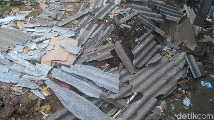 Kondisi rumah rusak akibat puting beliung di Marakas, Kelurahan Bahagia, Babelan, Kab Bekasi. (Adhyasta Dirgantara/detikcom)