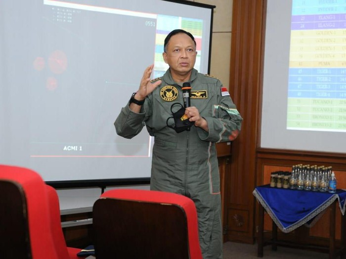 KSAU meninjau latihan penerbang TNI AU di Lanud Iswajudi Madiun. KSAU meminta penerbang TNI meningkatkan kemampuan teknik dan taktik.