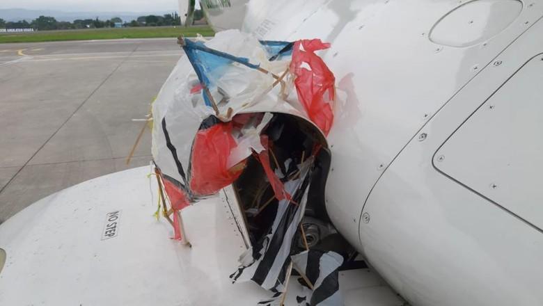 Layang-layang tersangkut di bagian pesawat Citilink saat hendak mendarat di Bandara Adisutjipto, Yogyakarta, Jumat (23/10/2020)