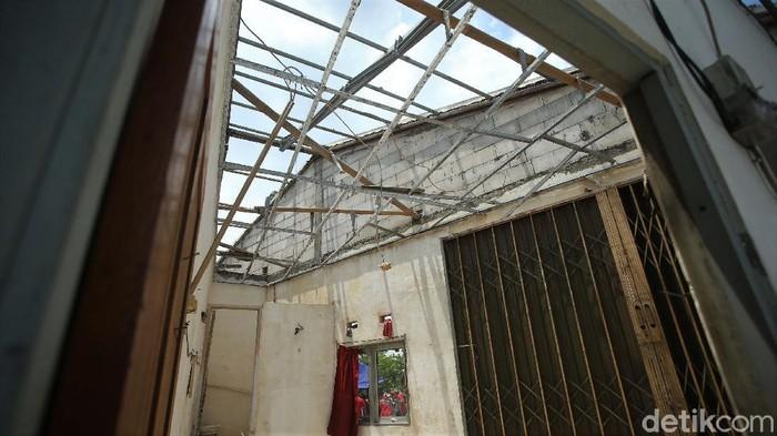 Angin puting beliung yang melanda kawasan Bekasi, Jumat (23/10) lalu merusak ratusan rumah. Berikut potret dampak kerusakan akibat angin puting beliung tersebut