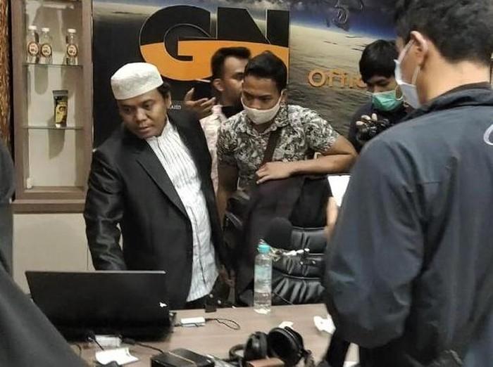 Bareskrim Polri menangkap Gus Nur di Malang karena diduga menyebarkan ujaran kebencian kepada Nahdlatul Ulama (NU). Begini penampakan penangkapan Gus Nur.