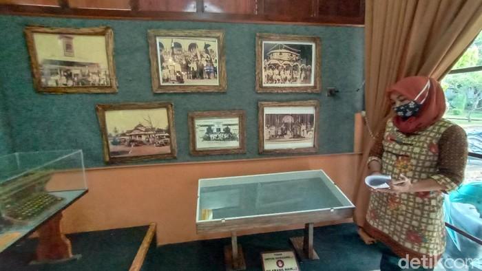 Museum Kretek yang menyimpan patung replika Nitisemito dan koleksi lainnya.